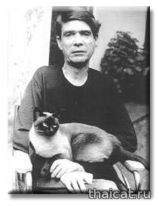Мексиканский писатель Хуан Гарсия Понсе и сиамская кошка