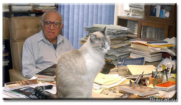 Мексиканский писатель Карлос Монсиваис и сиамская кошка