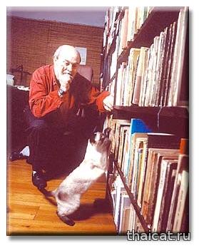 Писатель Освальдо Сориано и сиамская кошка