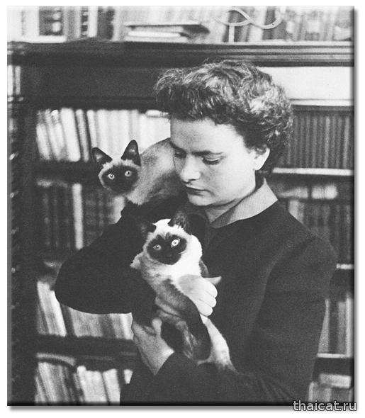 Итальянская писательница Эльза Моранте и сиамские котята